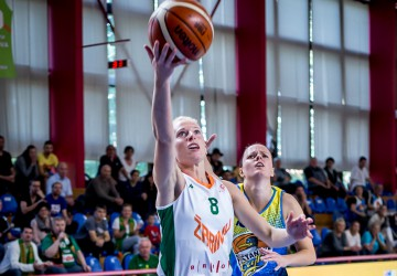 Vackova fires from the deep, Žabiny protect home court